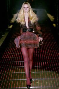 Modello di Gucci Inverno 2015 con collant rossi