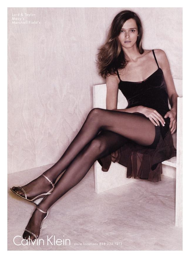 """Carmen Kass viene """"scoperta"""" nel 1992, all'età di 14 anni, da un talent scout italiano di una agenzia di moda a Tallinn in Estonia. Nello stesso anno si rifiuta di sottoporsi ad un intervento di chirurgia estetica alle labbra come consigliatole, scelta che la premierà negli anni successivi proprio per la sua bellezza naturale e sofisticata.  Nel 1996, all'età di 18 anni, si trasferisce prima a Milano e poi a Parigi, dove comincia la sua carriera di modella. Nel settembre del 1997 debutta a Milano sulla passerella di Versace e a Parigi da Chanel.  Diventa presto una delle top model più richieste dagli stilisti di tutto il mondo e dal 1997 appare tantissime volte sulle copertine di Vogue, Elle, Image, Madame Figaro, Numéro, Harper's Bazaar, Marie Claire e molte altre riviste.  Ottiene la popolarità internazionale nel 2000, principalmente grazie alla campagna pubblicitaria del profumo """"J'Adore"""" di Christian Dior, per il quale viene girato anche uno spot televisivo molto noto in cui la Kass si immerge in una vasca piena di liquido dorato. Nell'ottobre dello stesso anno vince il VH1/Vogue Model of the Year Award.  Tra i numerosi traguardi professionali della Kass si aggiunge la partecipazione al Calendario Pirelli 2001 realizzato da Mario Testino.  Tra il 1997 e il 2009 la Kass sfila ininterrottamente per tutte le più grandi case di moda al mondo, tra le quali: Marc Jacobs, Calvin Klein, Ralph Lauren, Christian Dior, Donna Karan, Dolce & Gabbana, Gucci, Alexander McQueen, Prada, Versace, Fendi, Chanel, Chloé, Salvatore Ferragamo, Jean Paul Gaultier, Hermés, Louis Vuitton, Valentino, Balenciaga, Oscar de la Renta, Roberto Cavalli, Givenchy, John Galliano, Karl Lagerfeld, Gianfranco Ferrè, Alberta Ferretti, Emilio Pucci, Etro, Yves Saint Laurent, Moschino, Victoria's Secret e moltissime altre.Foto di Carmen Kass tratte dalle sfilate di moda  Dal suo esordio inoltre è stata testimonial di numerose campagne pubblicitarie, tra cui: Gucci, Calvin Klein, Fendi, Prada, Chanel, V"""