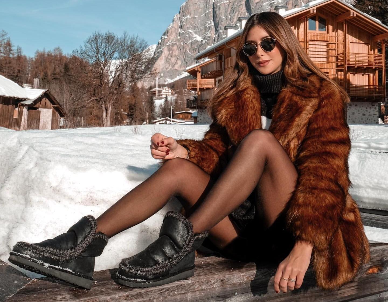 Alessandra Ventura sulla neve in collant neri